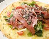 シャキシャキ野菜と肉厚お肉が熱々のチーズと絡み合う絶品ピザ
