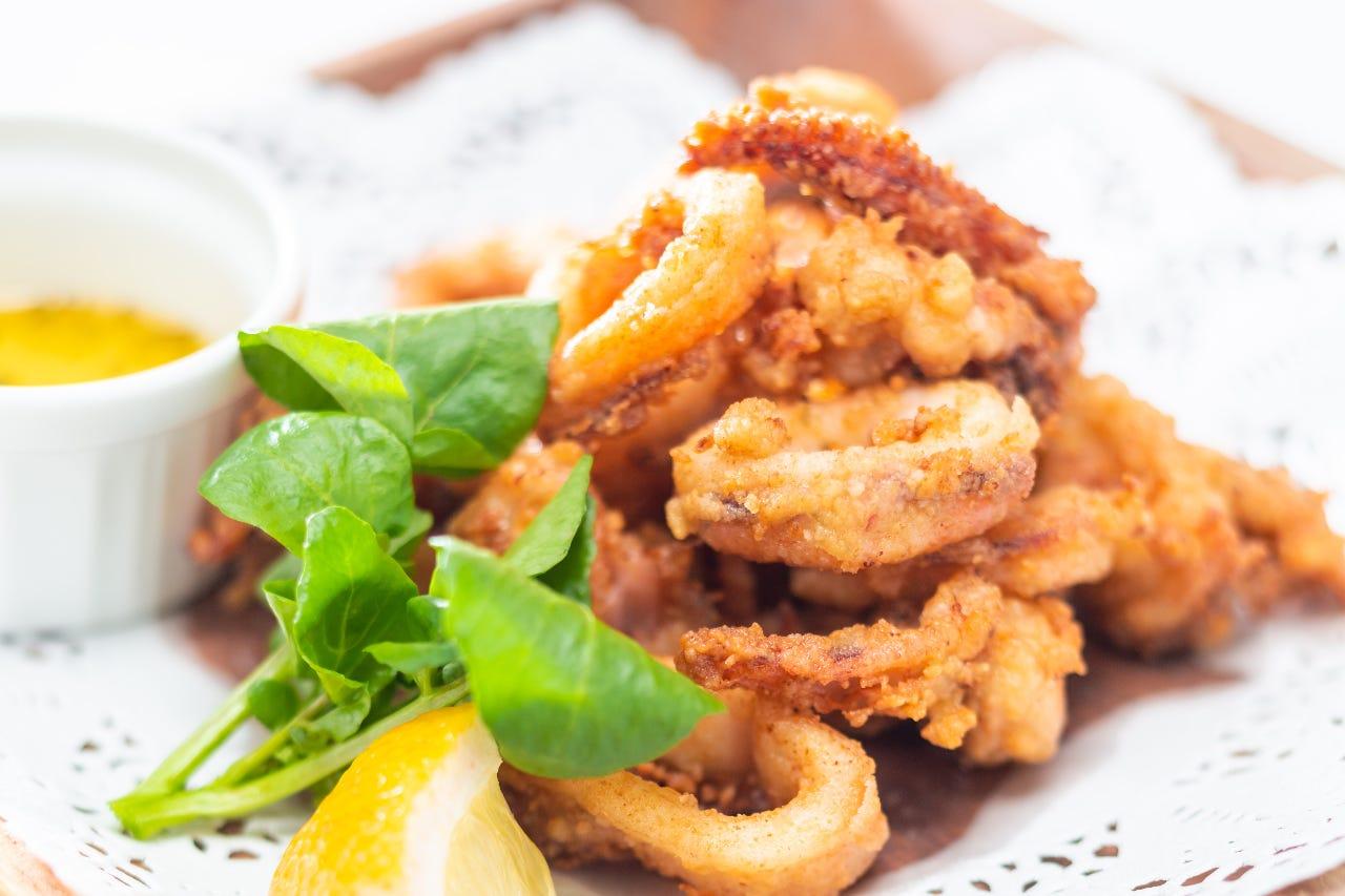 アジア風の酸味のきいたソースと食べるイカの唐揚げ