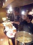 カウンターの大皿に並んだ沢山の料理をご用意してお待ちしています!