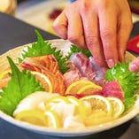 鮮度抜群の魚介を彩り豊かに盛り付けます
