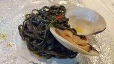 イカ墨を練り込んだタリオリーニ白貝のソース自家製カラスミがけ