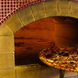 お店で1枚ずつ焼き上げる、窯焼きピッツァはぜひ食べてください