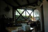 一階には暖炉があり、冬には炎を見ながらお食事ができます