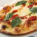 生地から手作りのもちもちピザはテイクアウトもOK!