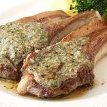 骨付きラム肉のカフェ・ド・パリ。 柔らかい骨付きラム肉を自家製ソースで。用職歴40年のベテランシェフが作る本格洋食をお楽しみください♪