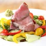 自家製『ローストビーフDON』じっくりローストした上州牛を自家製のソースと、新鮮野菜、おろしたてのワサビでお召し上がりいただきます☆