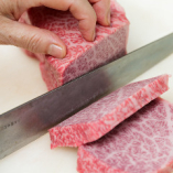 【肉はオーダーでカット】 熟練の職人が、一枚一枚丁寧に捌き、お客様においしく食べていただける様に努めています。切り置きはせず、オーダーされてからカットするので素材の味が生きてきます。