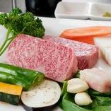 見た目も美しい神戸ビーフ サシが食欲をそそります