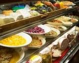 店に入ると、前菜が並ぶショーケースが目に入り、期待が膨らむ。