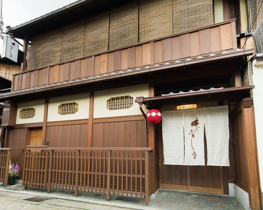 祇園甲部の街に佇む一軒。 趣き深くも温かく、客人を迎える