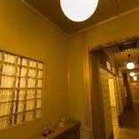 暖簾をくぐると、陰影の美が目を惹き付けるアプローチ