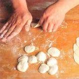もっちりとした皮とジューシーな餡がたまらない手作り餃子