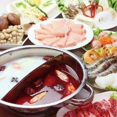 火鍋セット(赤と白の2色のスープに13種の具材)