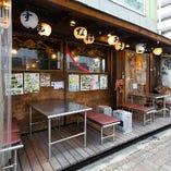 阪急三国駅前のこの外観が目印! 17時~深夜2時まで営業中!