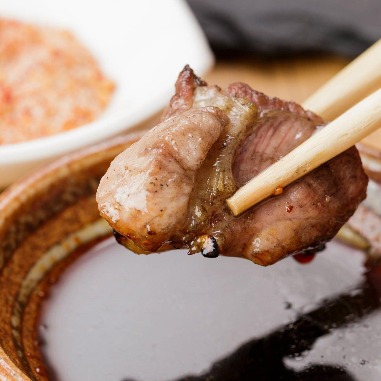 肉の美味しさを引き立てる自家製タレやブレンド塩でどうぞ