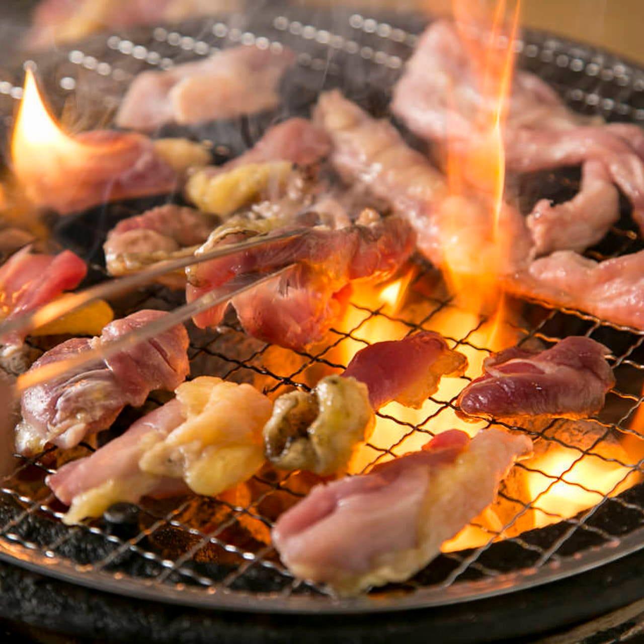 自慢の軍鶏を七輪炭火焼で香ばしくジューシーに焼き上げる!
