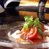 冷やしトマトと燻製モッツアレラのカプレーゼ