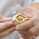 点心師が皮からすべて手作りで、丁寧に仕上げる名物餃子