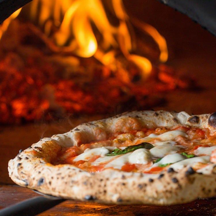 薪窯で焼き上げるナポリピッツァ