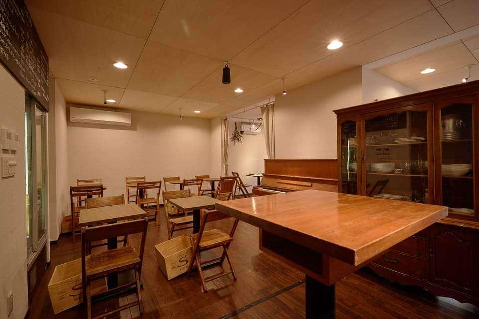 お持ち帰りのお客様からお席は見えない、パーソナルな空間です。