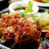 タマネギの自然な甘みを活かしたお醤油ベースの『オニオンソース』。ジューシーなハンバーグと相性抜群で食べやすく、幅広い層から人気のソースです!