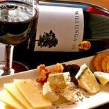 『3種のこだわりチーズ盛り合わせ』。ゴーダ、クリーミースモーク、ドルチェ・ゴルゴンゾーラの中から、その日おすすめの3種をご提供!ワインがすすみます♪