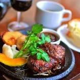 ランチは、名物のステーキや人気のハンバーグなど全てのお肉料理に特製オニオンスープとパンorライス付き♪
