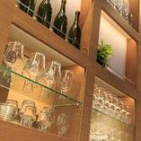 キレイに陳列されたグラスや、緑がお洒落空間を演出