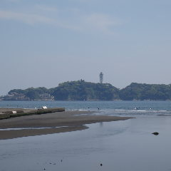国道134号を江の島方面から 西へ・・水族館をすぎて引地川河口(鵠沼橋)を辻堂方面へ。 辻堂のsandbarCAFEまで車で約10分ほどの道のりです!