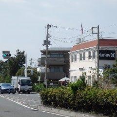 サーフショップが右側に見えます。松波交差点を曲がらずに直進。