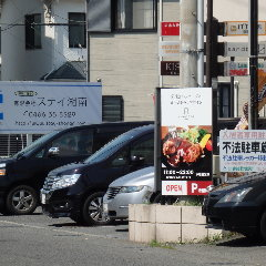 sandbar CAFEの看板が右側に見えてきます。看板横に前面駐車場8台!いらっしゃいませ♪
