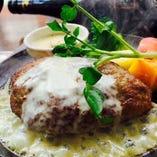 チーズ好きによるチーズ好きのための『濃厚ブルーソース』です。濃厚チーズとハンバーグのマリアージュをお楽しみください!