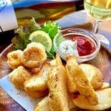 『黄金カレイのフィッシュ&チップス』。オーストラリアと言えばコレ!一口サイズの白身魚(3個)とポテトのフライをタルタルソースと一緒にどうぞ。