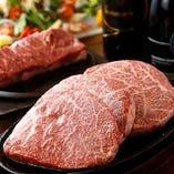 """【ちょっと贅沢に食べ比べ♪】人気の""""特選黒毛和牛ロースステーキ""""と""""エアーズロックステーキ""""の食べ比べが楽しめる『黒毛和牛&エアーズロックワイルドカットステーキの食べ比べ宴会コース』7,000円(税込)。大皿でご提供いたしますので、お仲間とワイワイ取り分けながら、お肉の食べ比べをご堪能いただけます。"""