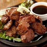 『エアーズロック・乱切りワイルドカットステーキ』。人気の黒毛牛を切り落としワイルドカットでリーズナブルにお楽しみください。
