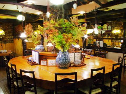 菩提樹の中心にある大テーブル(サクラ材)です。