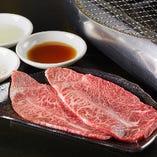 熟練の職人が肉のサシを見極め、丁寧にカットしております