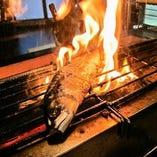 選び抜いて仕入れる旬の海鮮や新鮮な野菜の炉端焼き。