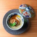 白子と春菊の茶碗蒸し。茶碗蒸しは季節ごとに食材が変わりますので、季節の茶碗蒸しでほっこり温まってください。