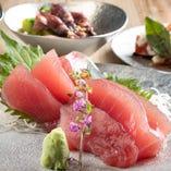 獲れたての鮮魚を料理人が丁寧に捌きます。