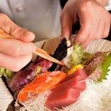 旬の魚を盛り込んだ刺身盛りあわせ。料理人 VS 魚の真剣勝負。