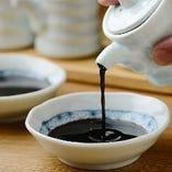「醤油」濃厚な醤油一滴で食べる刺身。一滴の存在感が身に染みます。