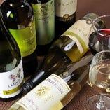 ワインは各国の銘柄をご用意。※系列店のドリンク一例です。