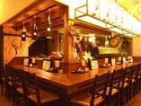 【1階】オープンキッチンのカウンターでございます