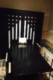 【pia55】美しいステンドグラスとクラシックなインテリアが置かれた洋室