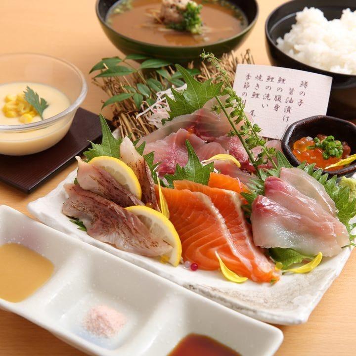 川魚刺身の盛り合わせはテーブルを華やかにする贅沢な一品です