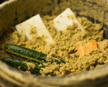 添えられるお新香は、先代から受け継いだ糠床で毎日漬けている。