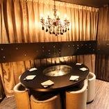 円卓個室 2~6名様用/輝くシャンデリアがおしゃれな空間