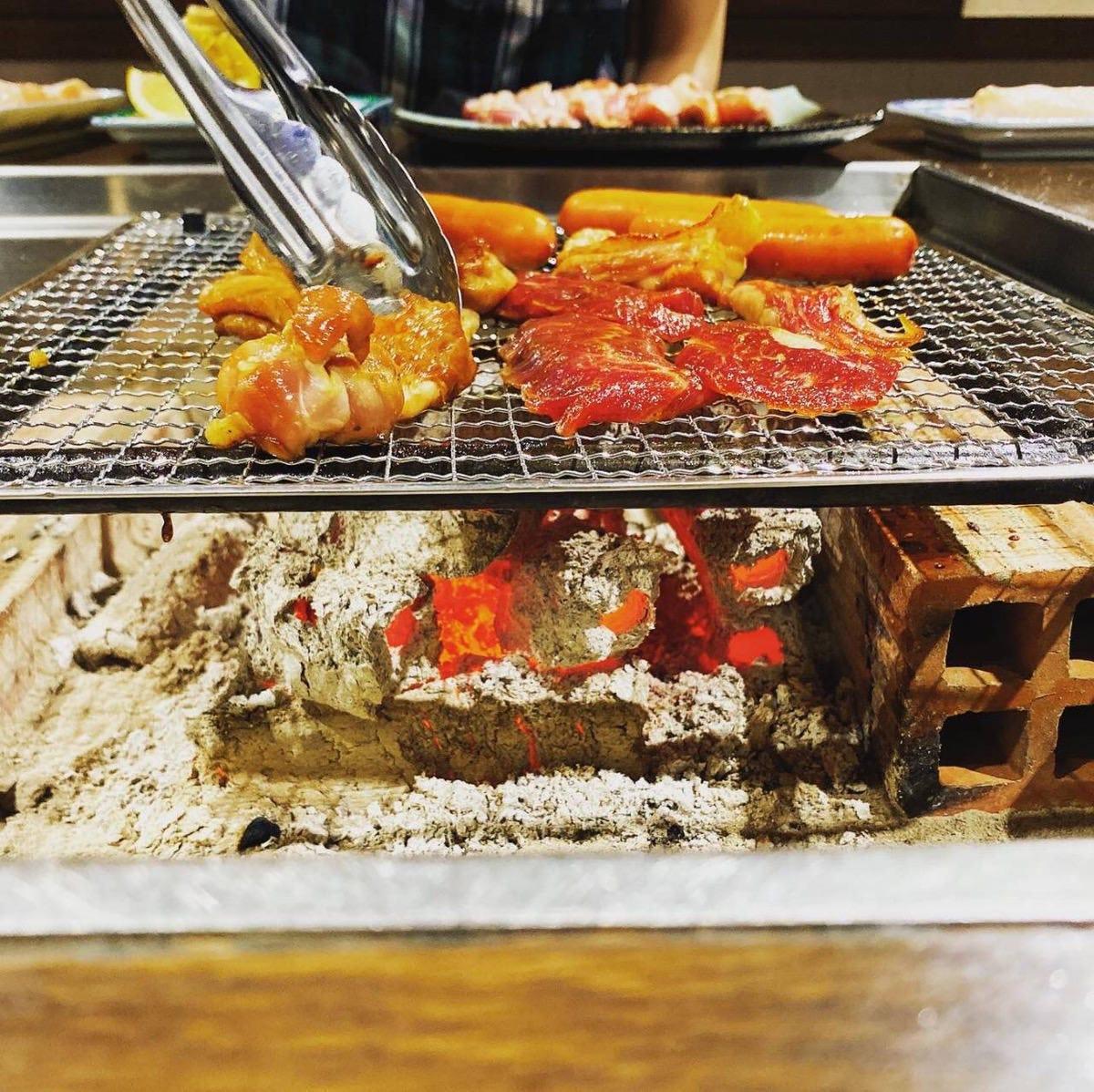 囲炉裏で焼き上げる『地鶏の炭火焼』