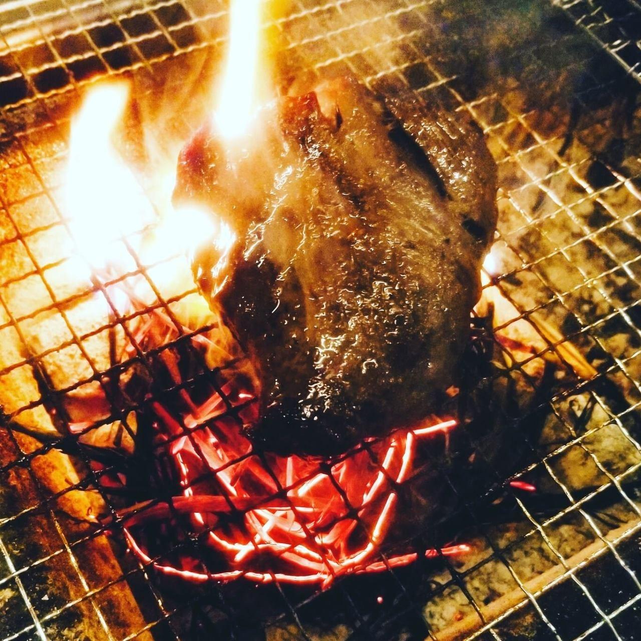 旨味を中に閉じ込めた炭火焼きは、ワインと相性抜群♪